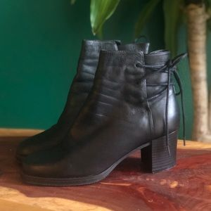 [Apostrophe] Black Leather Ankle boots